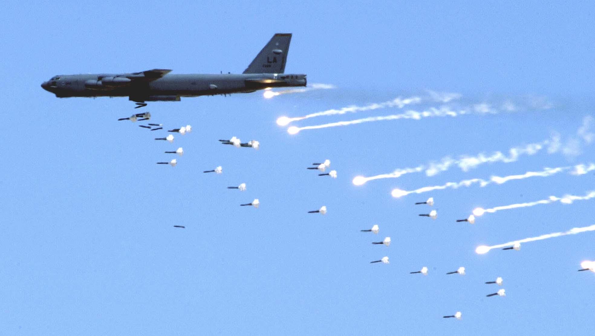 ABD Soğuk Savaş'tan beri ilk defa B-52 bombardıman uçaklarını havalandıracak