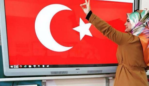 Valilik: Bozkurt işareti yapan öğretmen kendi isteğiyle görevinden ayrıldı