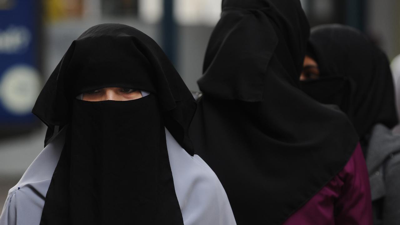 Danimarka'da burkaya yasak geldi
