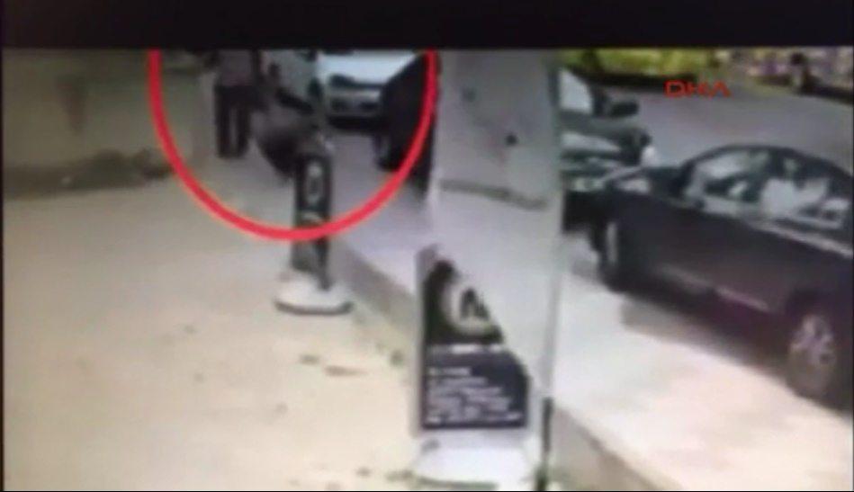 VİDEO | Kadın düşmanı saldırgan hem suçlu hem güçlü: Omuz attığı kadına bir de yumruk attı!