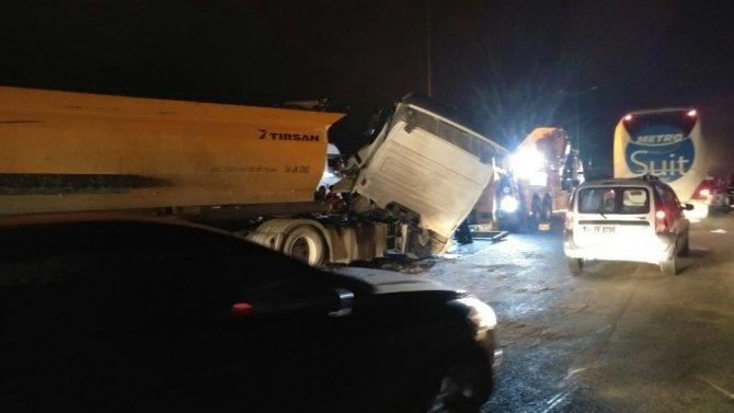 İstanbul'da birbiriyle yarıştığı iddia edilen hafriyat kamyonları kaza yaptı!