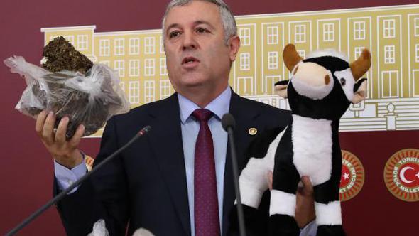 CHP milletvekili Tarım ve Hayvancılık Bakanı'na tezek gönderdi
