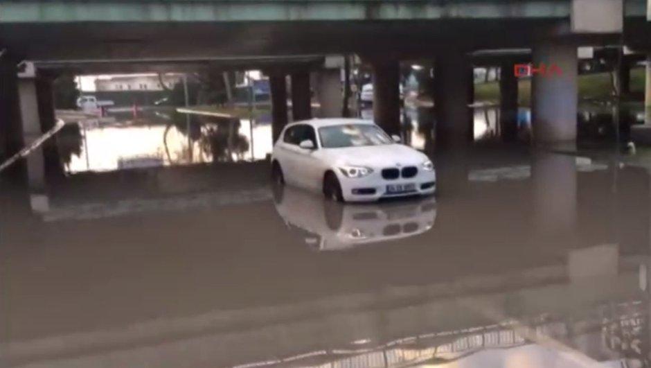 Yağmursuz İstanbul'da araçlar sular altında kaldı