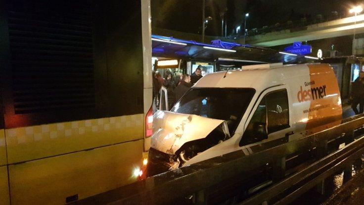 Metrobüs yolunda kaza: Olay yerinesağlık, itfaiye ve polis ekipleri sevk edildi