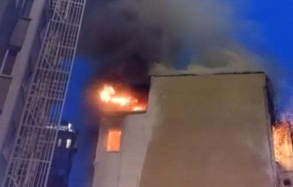 Taksim'de cami inşaatının yanındaki binada yangın