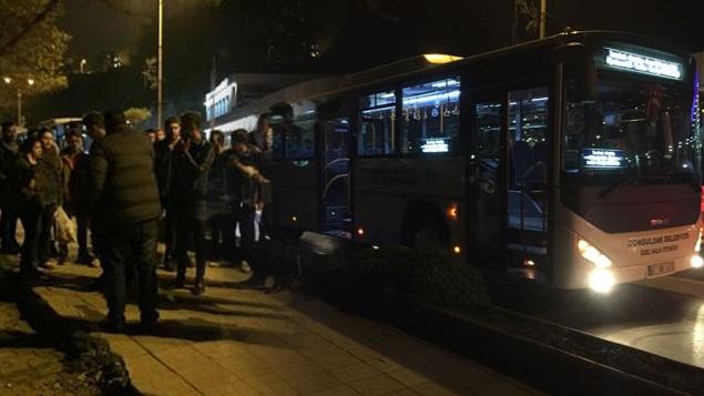 Otobüs şöförü para vermek istemeyen yolcuları sopayla dövdü!
