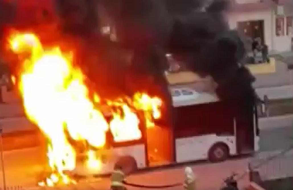 VİDEO | Çanakkale'de seyir halindeki otobüs alev aldı