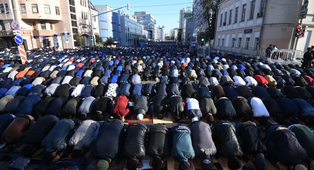Sokakta kılınan cuma namazına protesto