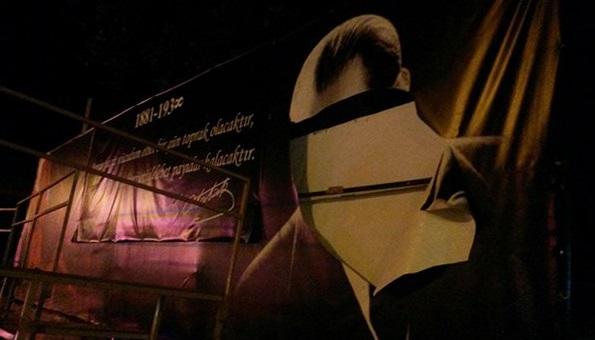 Atatürk portresine bıçaklı saldırı