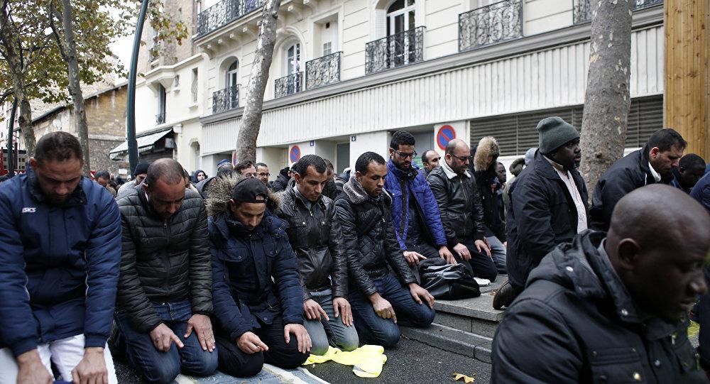 Fransa'da sokakta namaz kılmak ve dua etmek yasaklanıyor