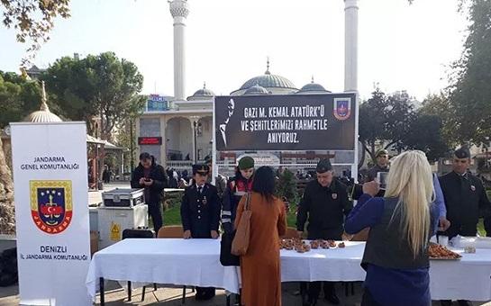 Jandarma Atatürk için cami önünde lokma dağıttı!