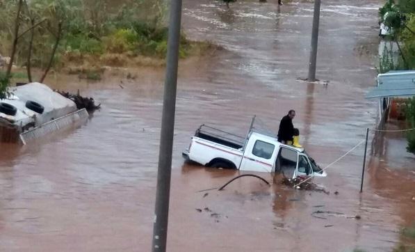 Mersin'de sel: Araçlar sulara kapıldı