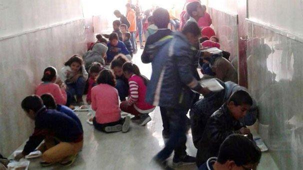 İşte yeni Türkiye'de eğitim: Bin 600 öğrenci yemeklerini koridorda beton zemine oturarak yiyor