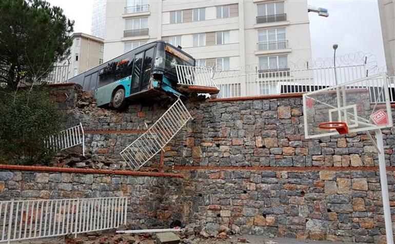 İstanbul'da faciaya ramak kala: Okul bahçesine giren otobüs havada asılı kaldı