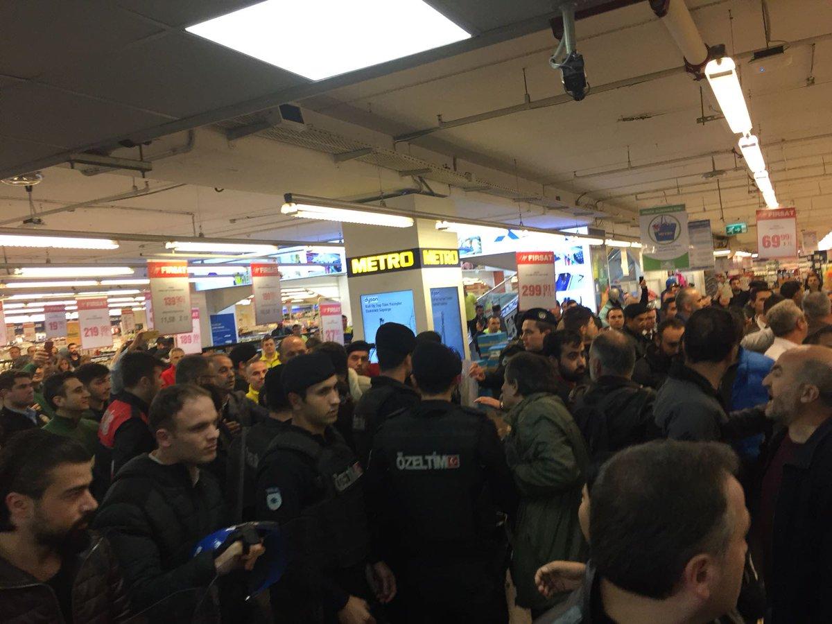 Hakkını alamayan işçiler Metro mağazasını işgal etti