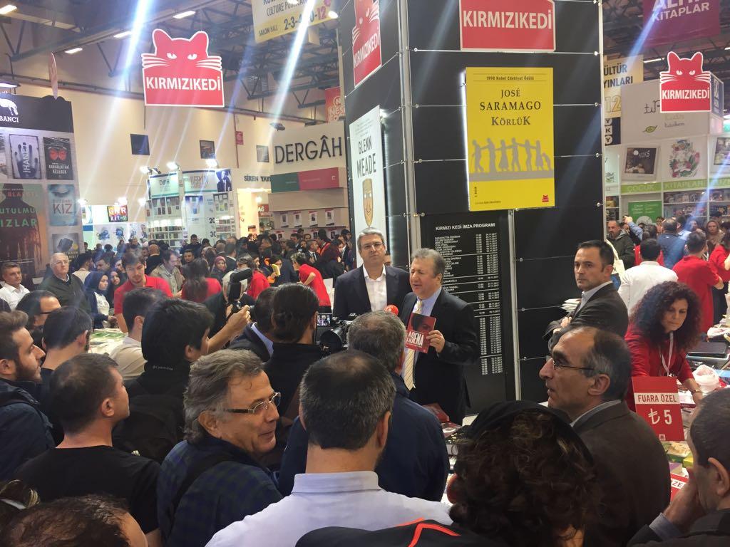 TÜYAP Kitap Fuarı'nda Sabahattin Önkibar'a saldırı
