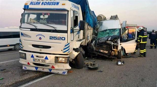 İşçi servisi kamyonla çarpıştı: 1 işçi hayatını kaybetti, 27 kişi yaralandı