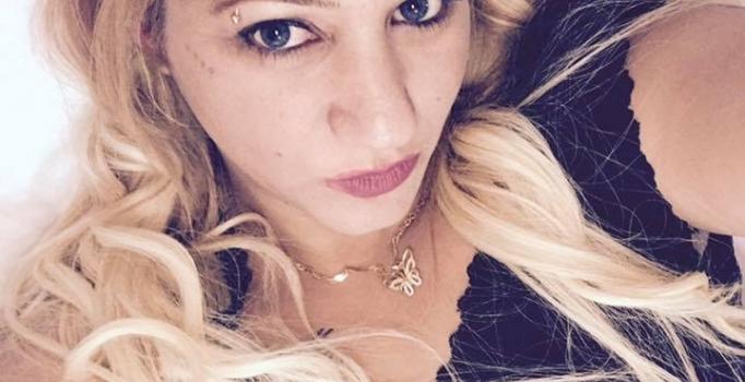 Bar sahibi kadın evinin önünde pompalı tüfekle öldürüldü