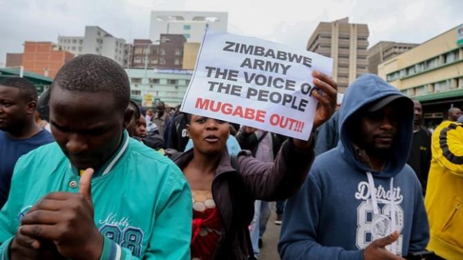 Zimbabve'de askeri darbe yanlıları sokağa çıktı