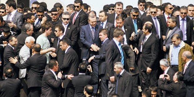 'Erdoğan, nezaket yoksunu korumalarını Atina'ya getiriyor'