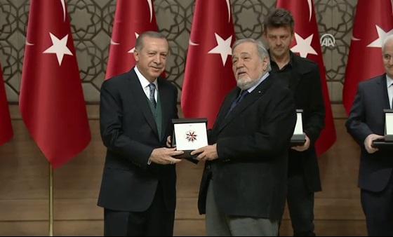 İlber Ortaylı, Erdoğan'dan ödülünü aldı