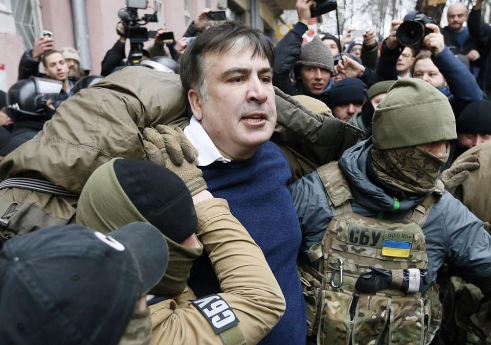 Taraftarları, polis aracının önünü keserek Saakaşvili'yi serbest bıraktı