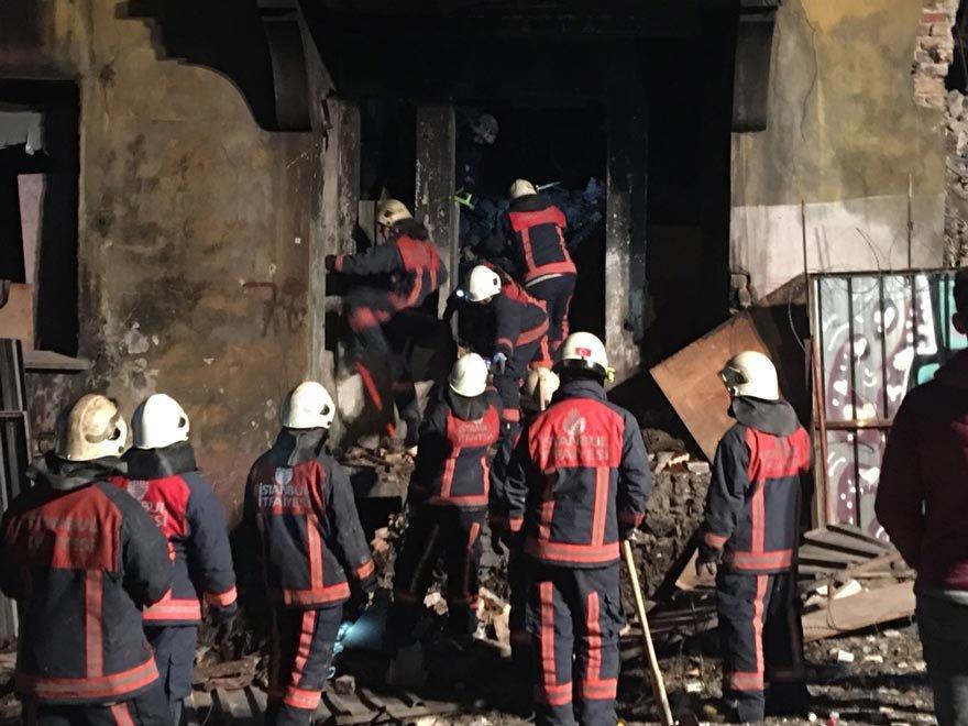 Beyoğlu'nda bina çöktü