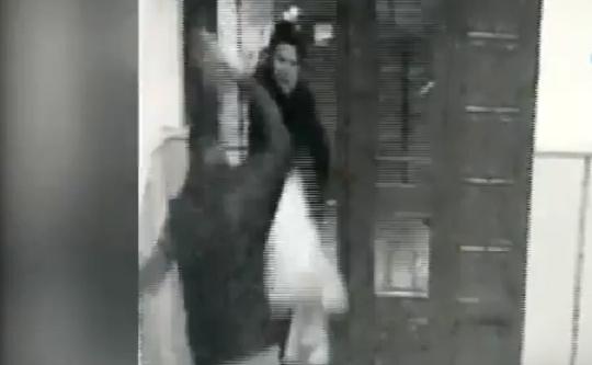 VİDEO | Dehşet görüntüleri: Arkadaşının boşanmak isteyen eşine satırla saldırdı