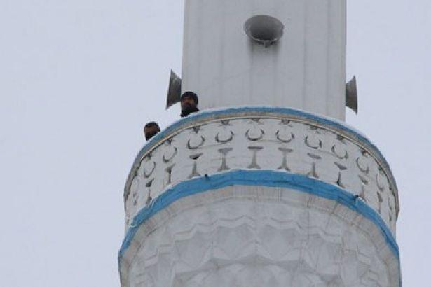 Maaşlarını alamayan işçiler minareye çıkıp intihar girişiminde bulundu