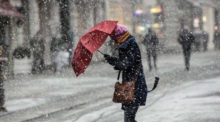 İstanbul'da kar yağışı başladı: Seferler iptal