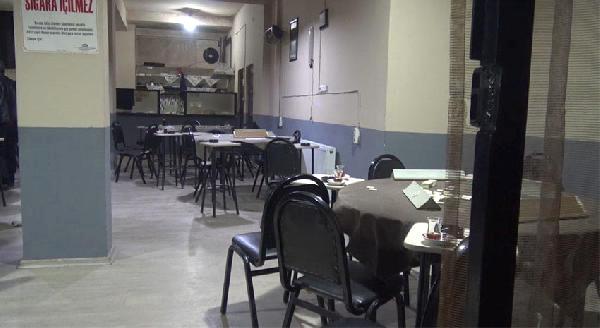 Kahvehane işletmecisi, müşterilerin gözü önünde başına dayadığı silahı ateşledi