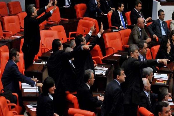 Tatil oylaması Meclis'i karıştırdı