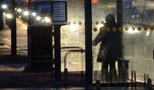Otobüs durağında bıçakla cinsel saldırı dehşeti