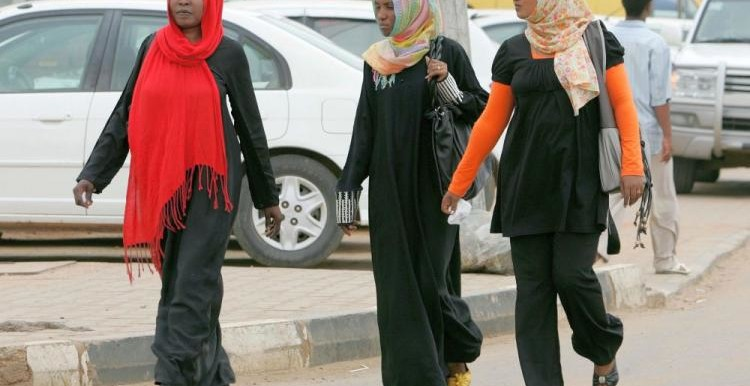 """Yıl olmuş 2017; Sudan'da ise pantolon giyen kadınlar """"ahlaksızlıkla"""" suçlanıyor!"""
