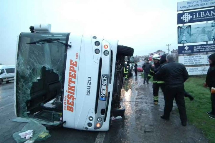 Tekirdağ'da servis devrildi: 19 işçi yaralandı