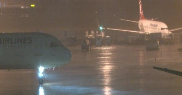 İstanbul'da şiddetli yağış hava trafiğini vurdu: Uçaklar havada tur atıyor