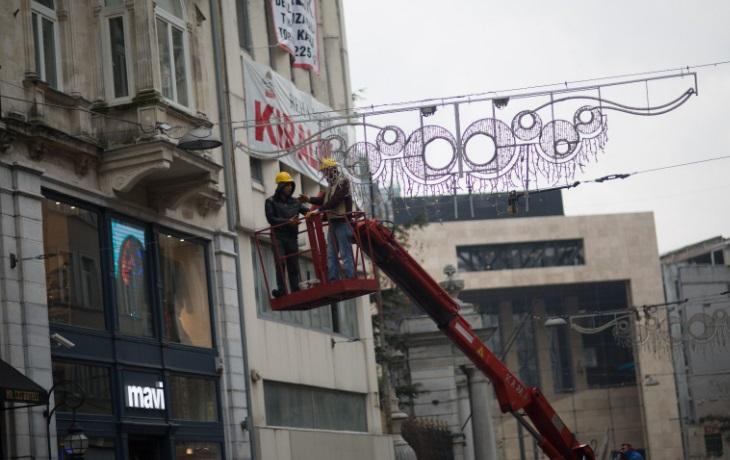 İstiklal'deki ışıklandırmalar yasağın ardından kaldırılıyor