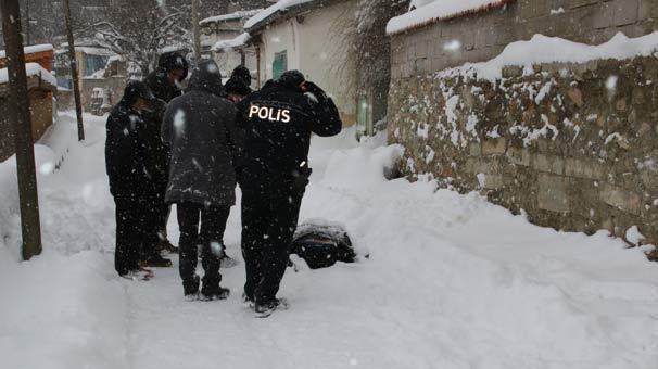 Sokakta kar altında ölü bulundu