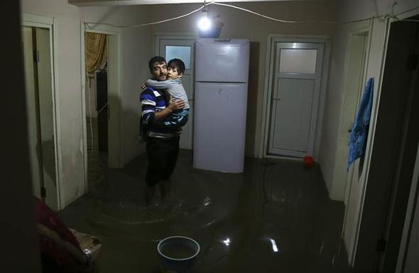 İstanbul'da ev ve işyerlerini kanalizasyon suyu bastı