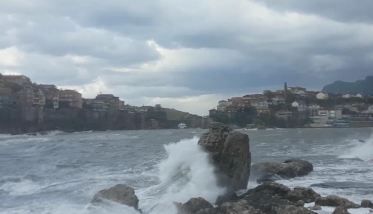 Amasra'da şiddetli fırtına hayatı olumsuz etkiliyor
