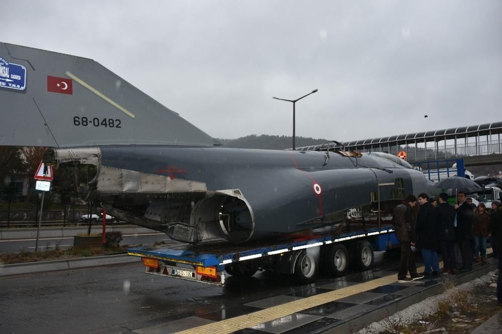 Savaş uçağını kamyon üzerinde görenler şaşırdı!