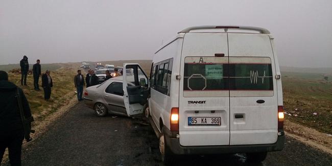Öğrenci servisi ile otomobil çarpıştı: 12'si öğrenci 16 kişi yaralandı