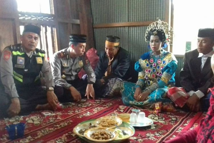 Endonezya'da tarlada yalnız gezerken yakalanan çift zorla evlendirildi