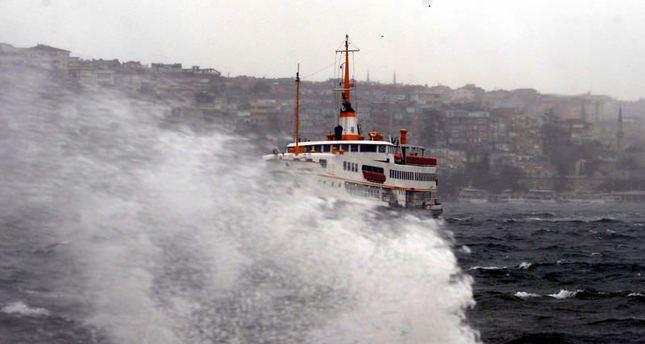 Marmara'da dev dalgalar: Deniz seferleri iptal
