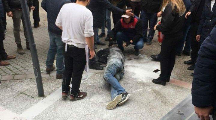 İşsiz vatandaş belediye önünde kendini yaktı