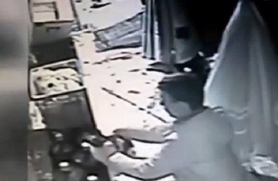 VİDEO | İstanbul'da vahşet: Kediyi elleriyle boğdu!