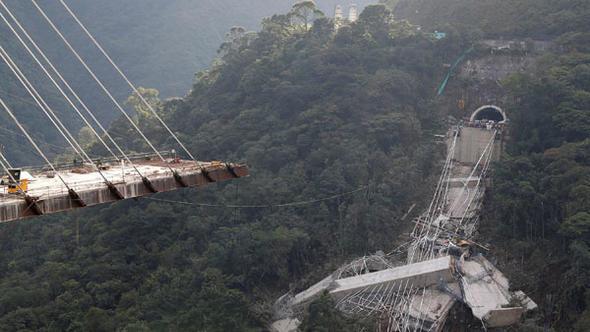 Kolombiya'da dev köprü çöktü: 10 işçi hayatını kaybetti
