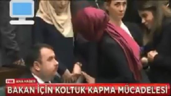 VİDEO | AKP'de bakanlar arasında 'koltuk' kavgası: Aynı yere oturmak için birbirine düştüler