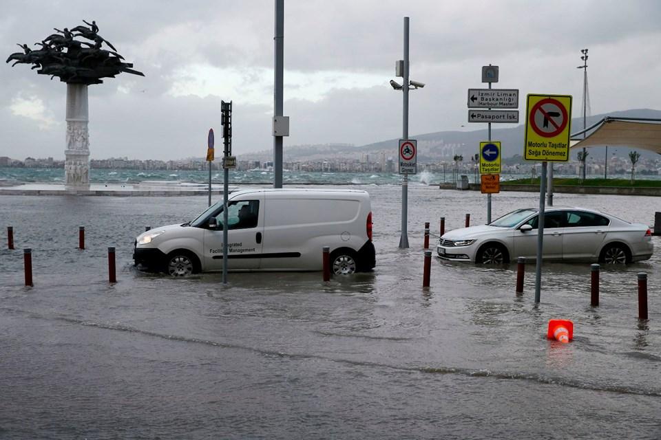 İzmir'de fırtına denizi taşırdı: Caddeler ve işyerleri sular altında