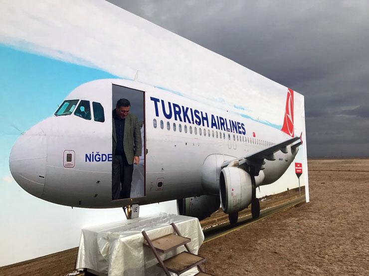 Milletvekili Niğde'ye maket uçak 'indirdi', halkı selamladı